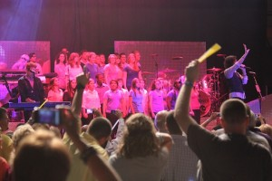 Midland and Lee High School Choirs join Foreigner on stage