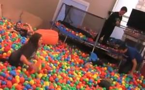 bolas de plastico por toda la casa